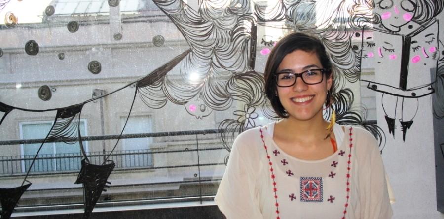 Sara Fratini amb un dels seus murals a l'editorial Pengüin Random House / Fotografia de Patricia Tena