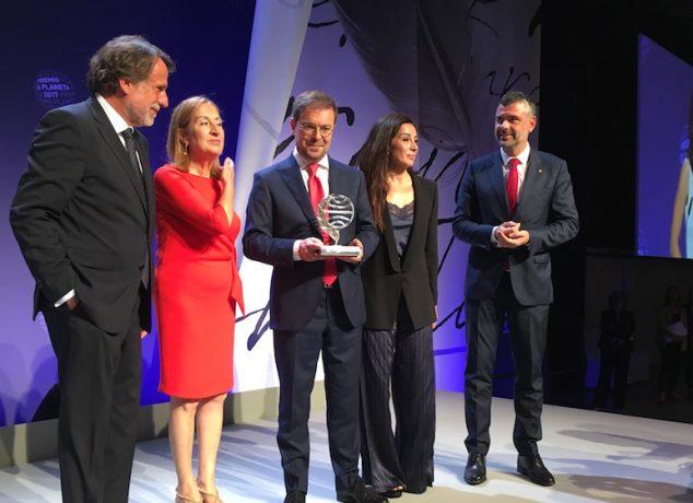 D'esquerra a dreta, José Crehueras (president de Planeta), Ana Pastor (presidenta del Congrés dels Diputats), Javier Sierra (guanyador), Cristina López Barrio (finalista) i Santi Vila (Conseller d'Empresa)